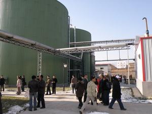 Biogasanlage mit Menschen © Dr. Abdallah Nassour